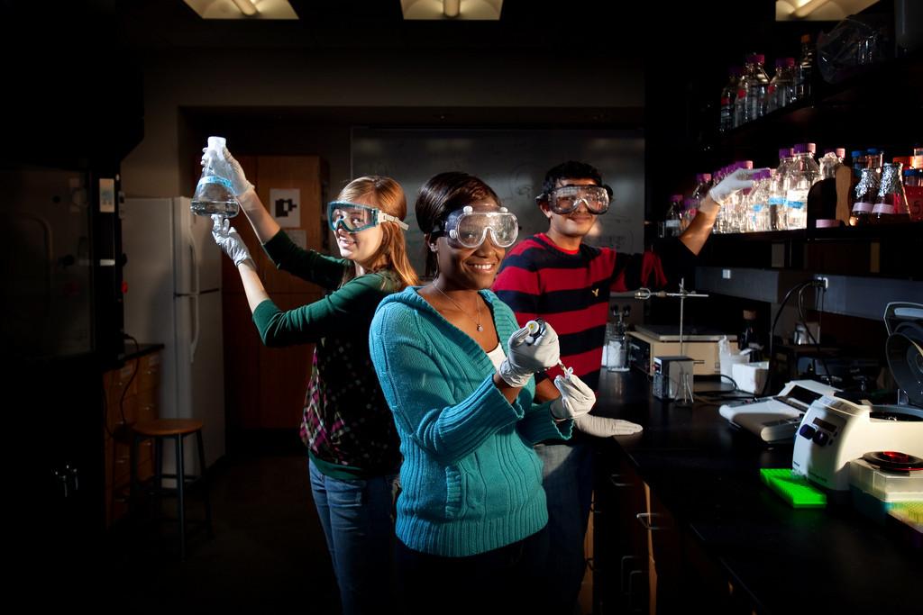 Versuche im Chemielabor (Foto: Clinton Lewis WKU/Flickr) https://flic.kr/p/92CdSo