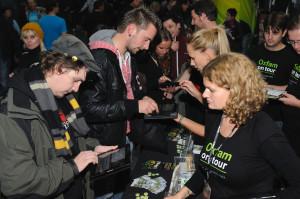 Oxfam-Aktivist/innen mit iPads beim Tote Hosen-Konzert in Leipzig (Foto: Martin Klindtworth/ Oxfam Deutschland)