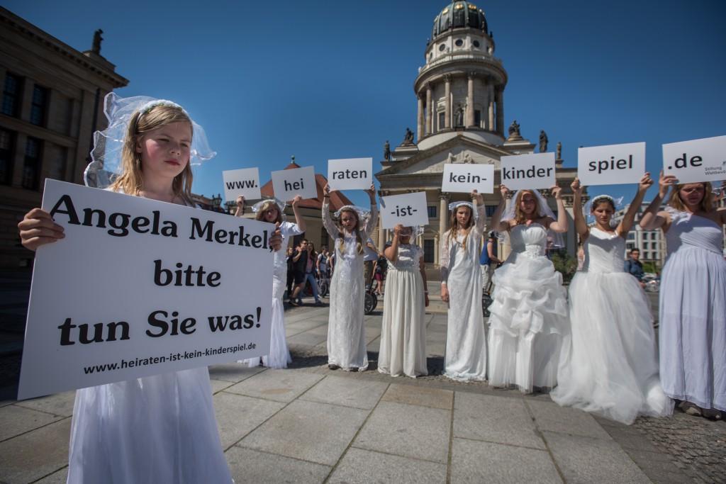 Heiraten ist kein Kinderspiel. Medienstunt zum G7-Gipfel der Stiftung Weltbevölkerung (Foto: Simone M. Neumann)