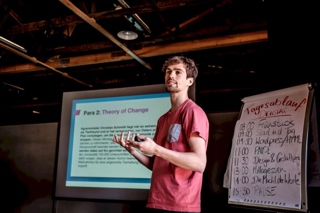 Christoph Schott (Avaaz) gibt ein Training beim Campaign Boostcamp 2015, einer Fortbildung für Kampagnen-Macher (Foto: Andi Weiland, www.andiweiland.de)