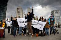 """Aktivisten von """"Deine Stimme gegen Armut"""" protestieren 2010 am Potsdamer Platz in Berlin (Foto: Die.Projektoren/ Jörg Farys)"""