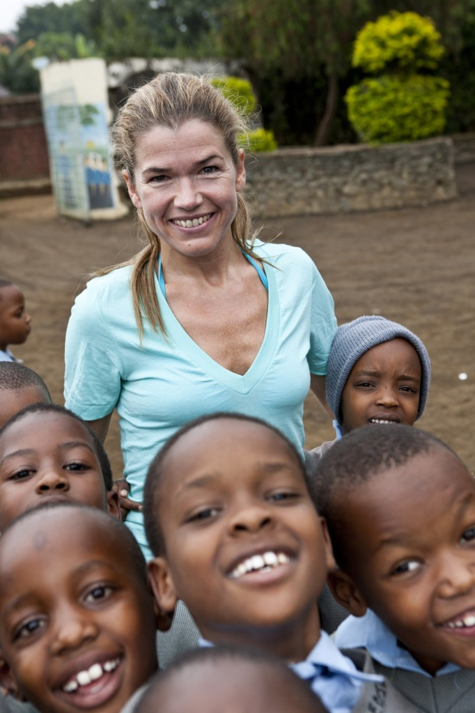 Anke Engelke mit Kindern in Afrika.