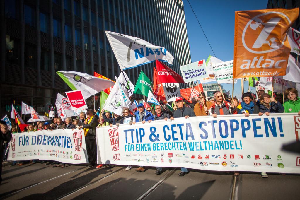 Jobs im Kampagnenbereich sind für viele Traumjobs. Dann organisiert man z.B. eine solche Demo mit wie gegen das TTIP-Abkommen im Okt. 2015 in Berlin (Foto: Jakob Huber/Campact)
