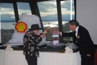 Die angebliche Witwe des Bohrinselerfinders bei einer gefakten Präsentation von Shell.