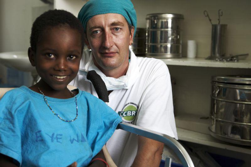Ein junger Arzt mit Malaria-Patientin (Foto: action medeor/ Birgit Betzelt)